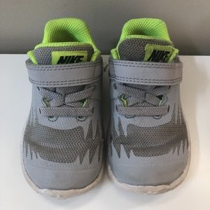 NIKE Toddler Sneaker Gray Size 5C